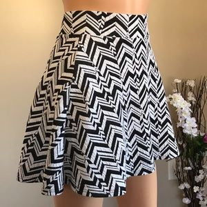 🌹Black and white mini skirt, a little flared. 🌹